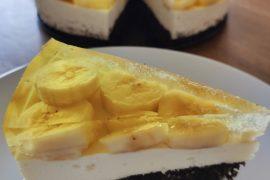 sernik proteinowy z galaretką i bananami