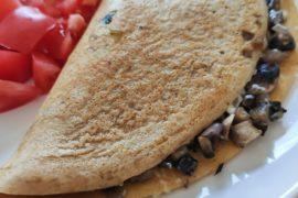 orkiszowy omlet z pieczarkami i serem